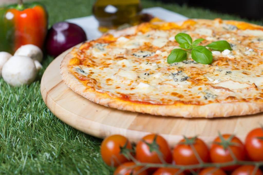 recette de la pizza quatre fromages recette italienne recette pizza quatre fromages gorgonzola. Black Bedroom Furniture Sets. Home Design Ideas