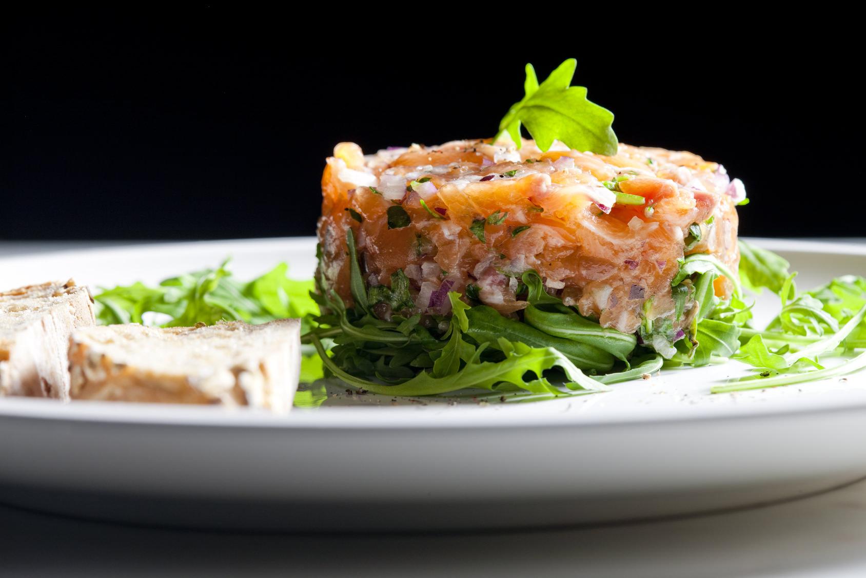 Tartare de saumon la coriandre une recette festive mais for Entree froide festive