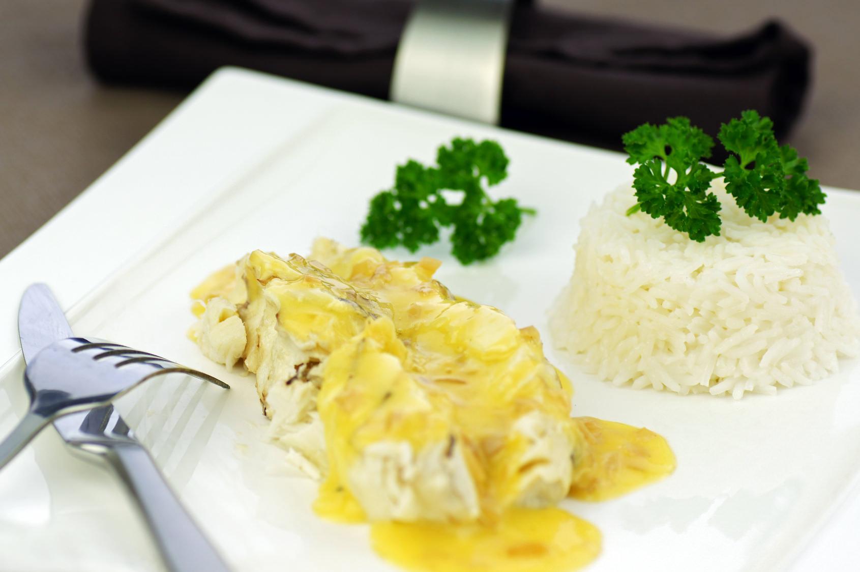 bar au beurre blanc une recette de poisson poch dans du champagne avec la classique sauce au. Black Bedroom Furniture Sets. Home Design Ideas