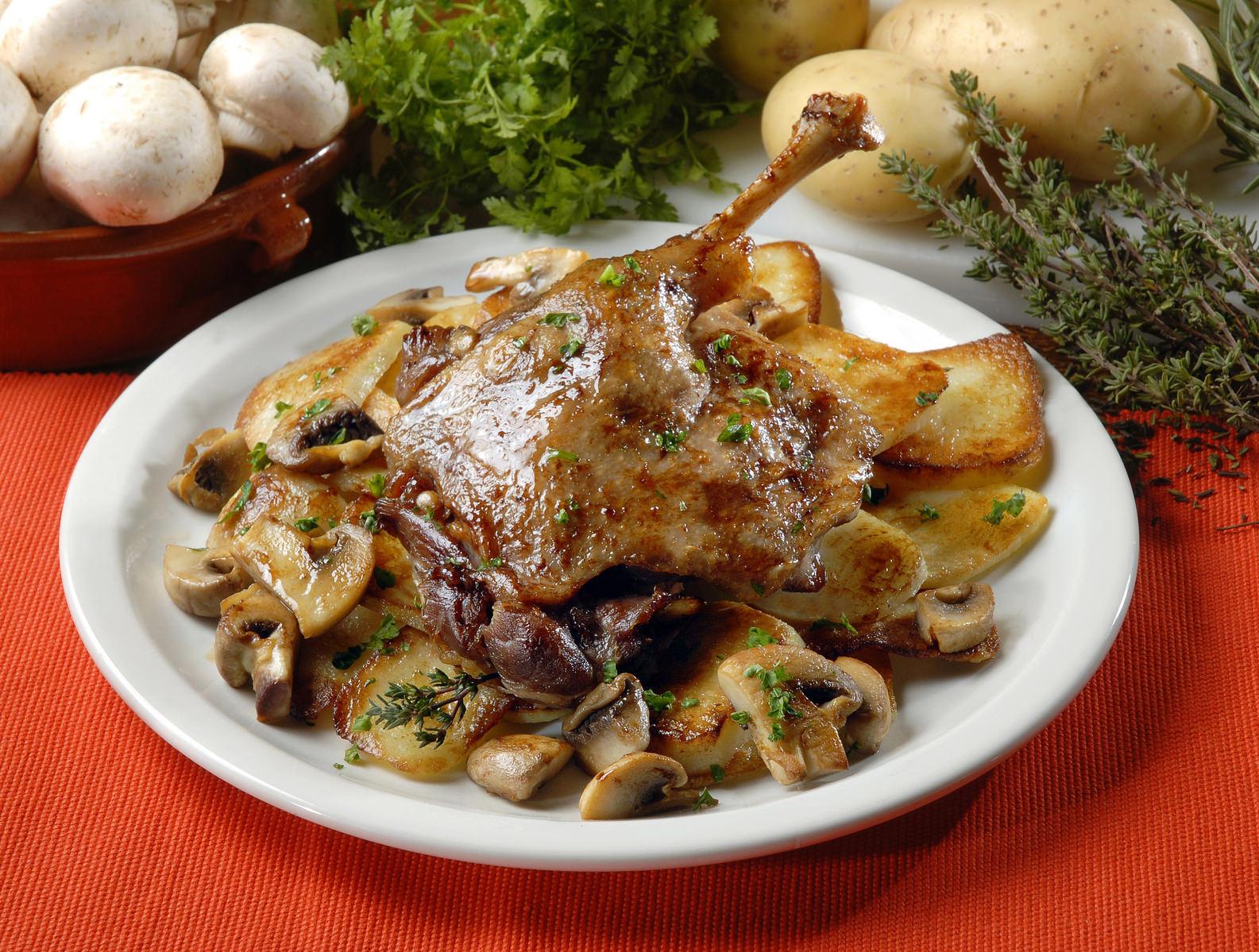 Confit de canard aux champignons et aux pommes de terre - Cuisiner des cuisses de canard confites ...