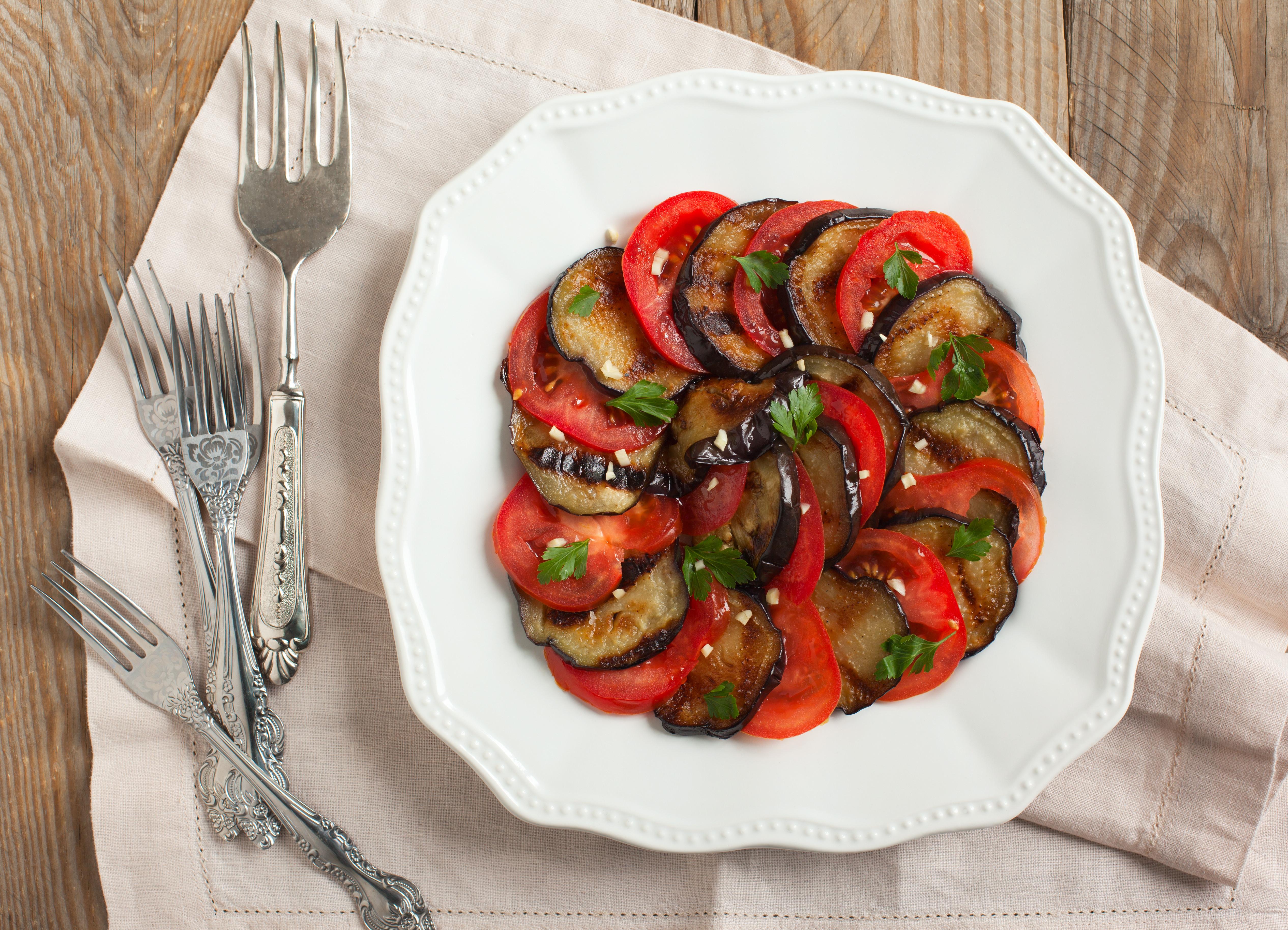 salade tomates et aubergines grill es l accompagnement parfait pour des grillades au barbecue. Black Bedroom Furniture Sets. Home Design Ideas