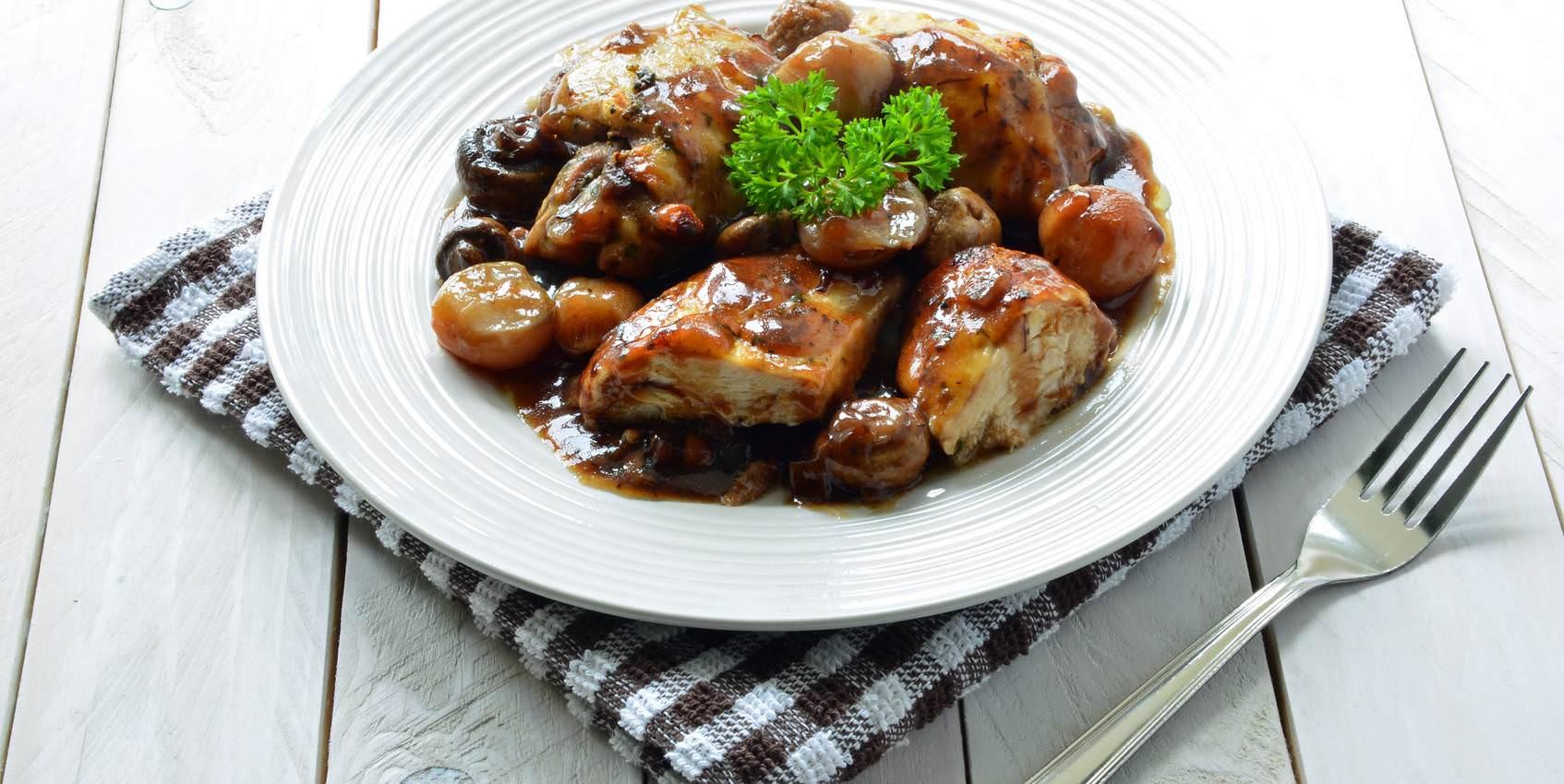 Coq au vin un tr s bon plat mijot s tradtionnel de la for Plat cuisine francaise