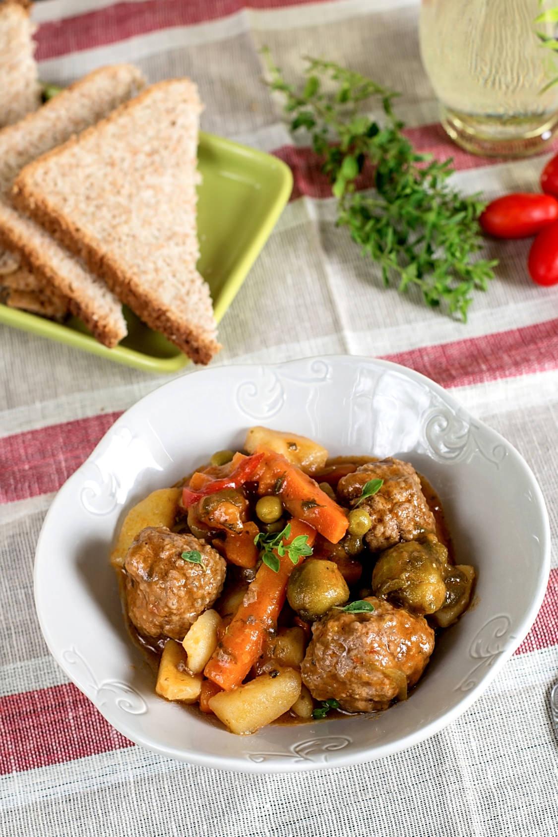 boulettes de viande en ragout un bon plat familial cuisiner en saison froide les recettes de. Black Bedroom Furniture Sets. Home Design Ideas