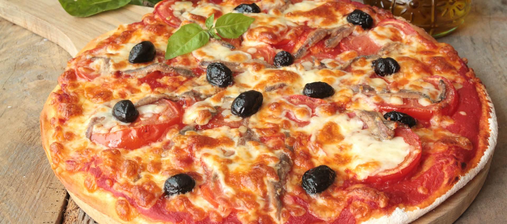 Recette de la pizza napolitaine recette italienne pizza napolitaine anchois mozarella origan - Recette de pate a pizza italienne ...